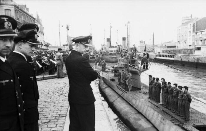 Dönitz begrüßt ein einlaufendes U-Boot